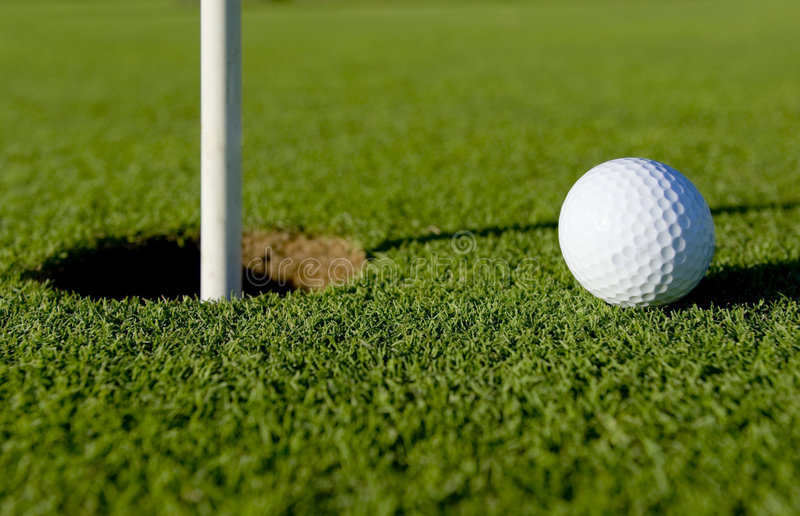 Golfball nahe Loch stockfotografie