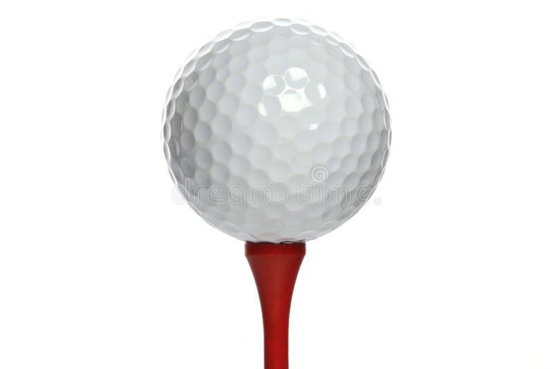 Golfball op rood T-stuk stock afbeeldingen