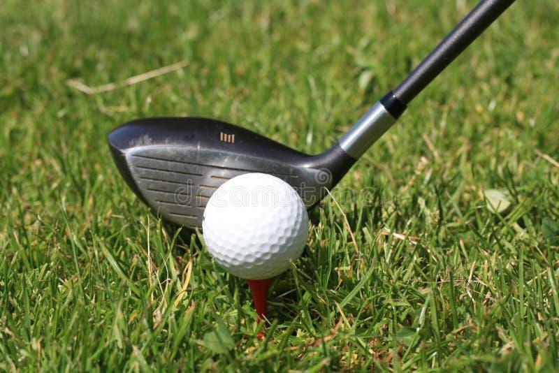 Golfball op T-stuk en golfclub royalty-vrije stock fotografie