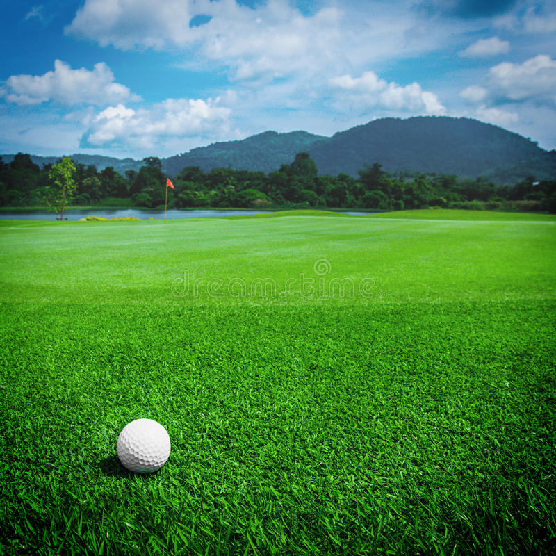 Golfball på kurs royaltyfri foto