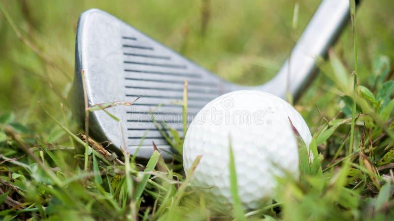 Golfball und Fahrer, schwer getroffen lizenzfreies stockfoto