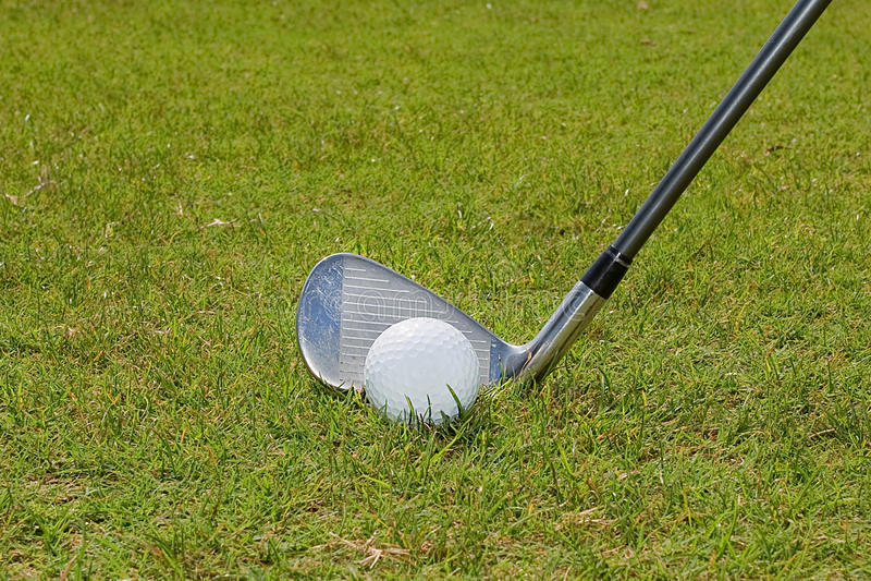 Golfball und Golfclub stockbild