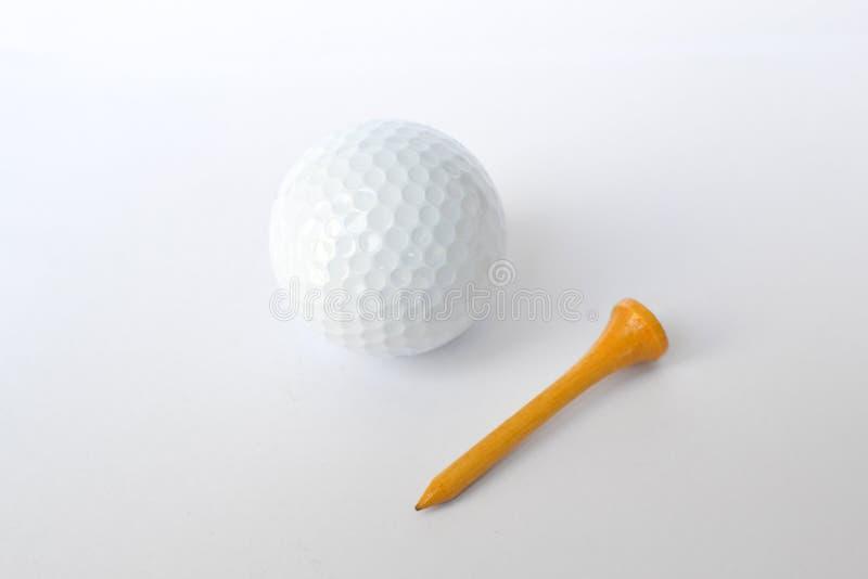Golfball und hölzernes T-Stück lizenzfreies stockfoto