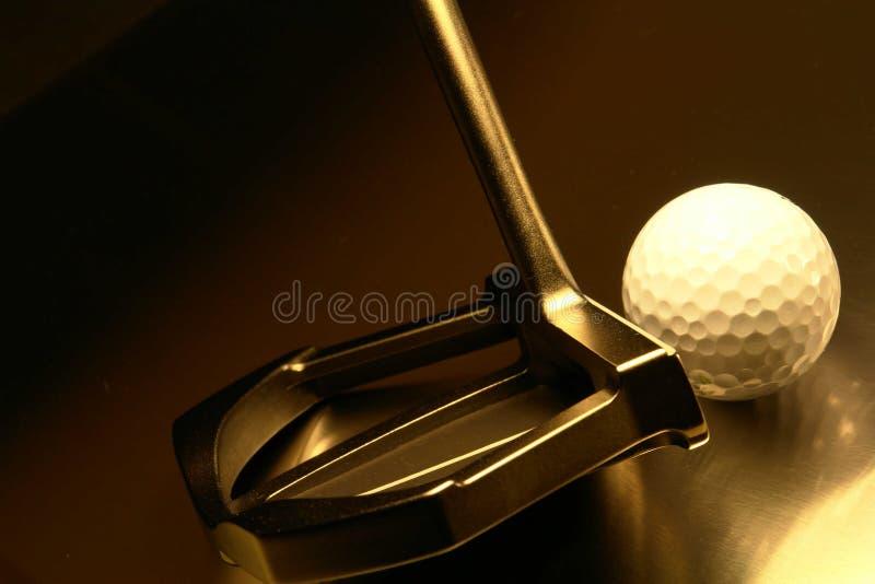 Golfball und Putter stockfoto