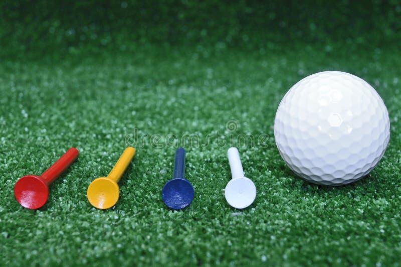 Golfball und vier T-Stücke lizenzfreies stockbild