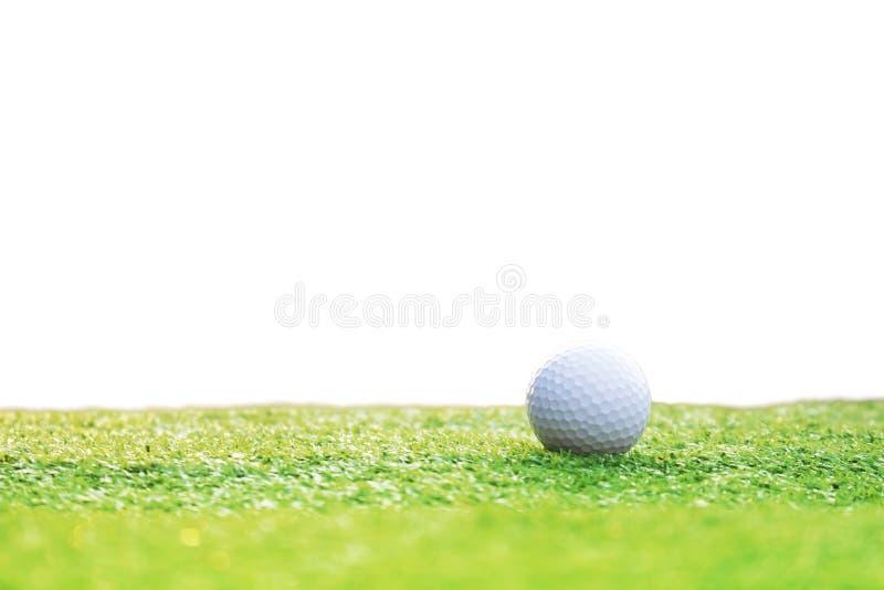 Golfballen op groen die gras van een witte achtergrond wordt ge?soleerd stock fotografie