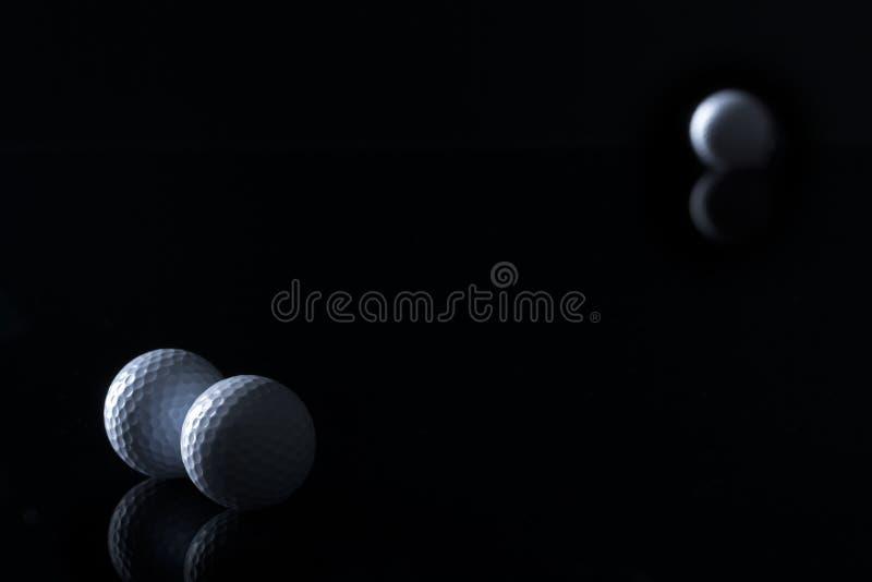 Golfballen op zwarte achtergrond worden geïsoleerd die stock fotografie