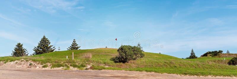 Golfbana bredvid en strand fotografering för bildbyråer