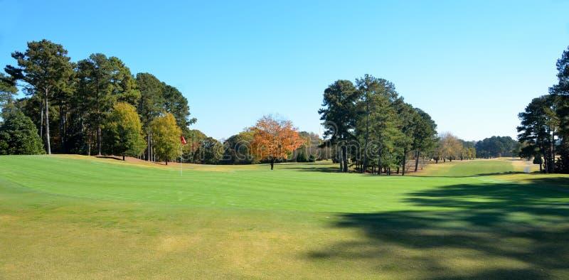 Golfbana i höst royaltyfria foton
