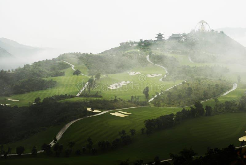 Golfbana i mist royaltyfria foton