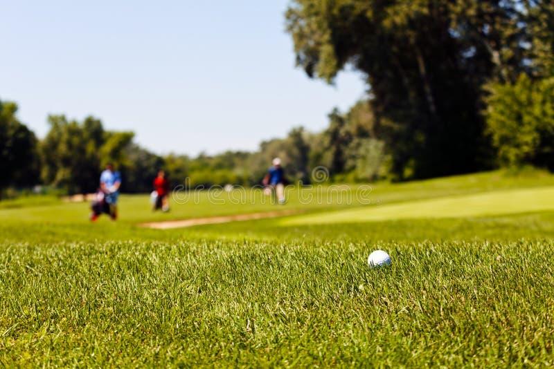 Golfbana med spelare royaltyfri bild