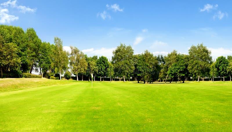 Golfbana och blå sky arkivfoton