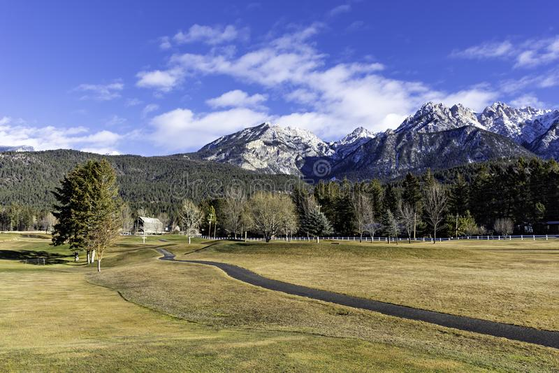 Golfbana på Fairmont Hot Springs i den östliga Kootenaysen nära Invermere British Columbia Kanada i den tidiga vintern royaltyfria foton
