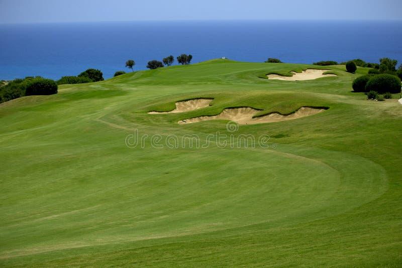 Golfbana på grön havkust arkivfoto