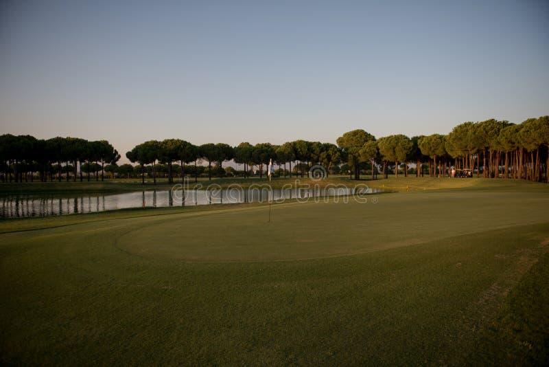 Golfbana på solnedgång arkivfoton
