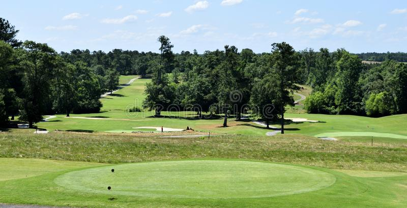 Golfbanagräsplaner och faror arkivbild