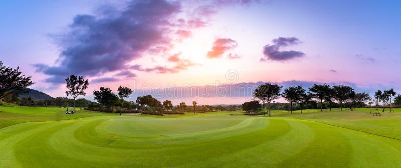 Golfbanan för härlig sikt för panorama med det vita molnet royaltyfria bilder