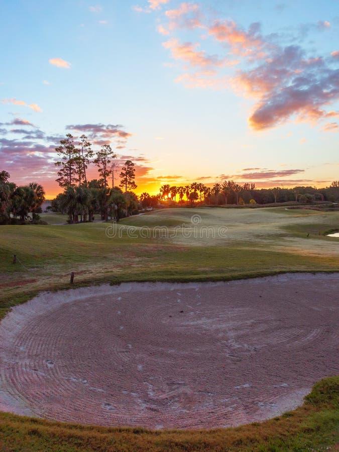 Golfbanasoluppg?ng/solnedg?ng i Florida arkivbilder