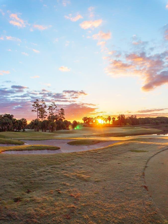 Golfbanasoluppg?ng/solnedg?ng i Florida royaltyfria bilder