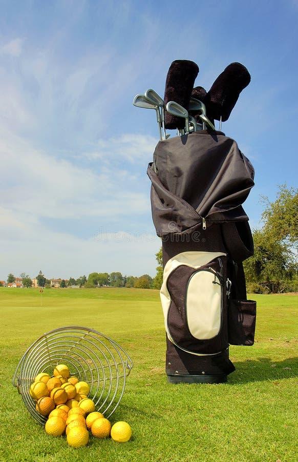 Golfbeutel mit Klumpen und Kugeln stockfotos