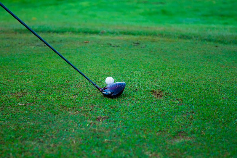 Golfboll bak chauffören på körningsområde, överflöd av kopia-utrymme a royaltyfria foton
