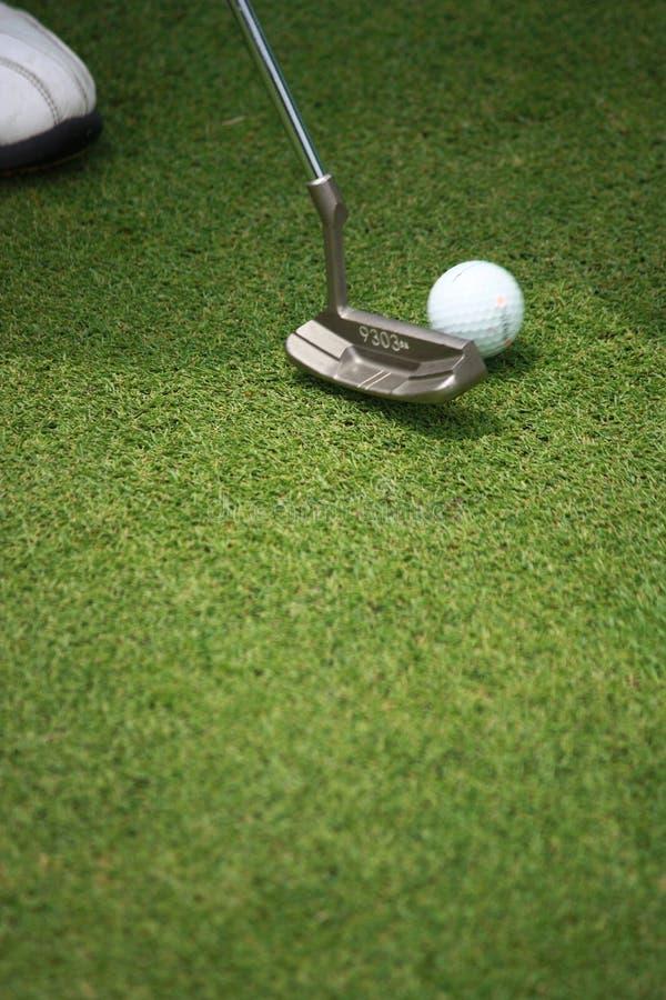 Golfboll med puttern fotografering för bildbyråer