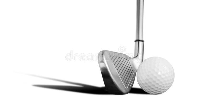 Golfboll och järn royaltyfria bilder