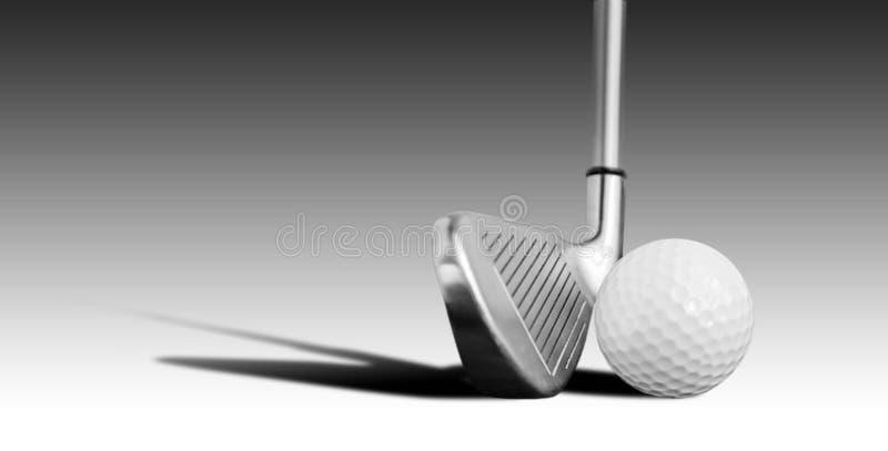 Golfboll och järn royaltyfri foto