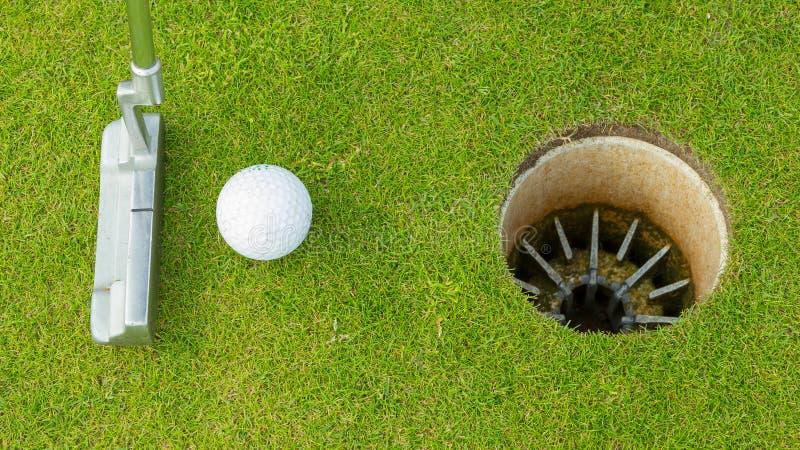 Golfboll och utslagsplats på gröna cours arkivbild