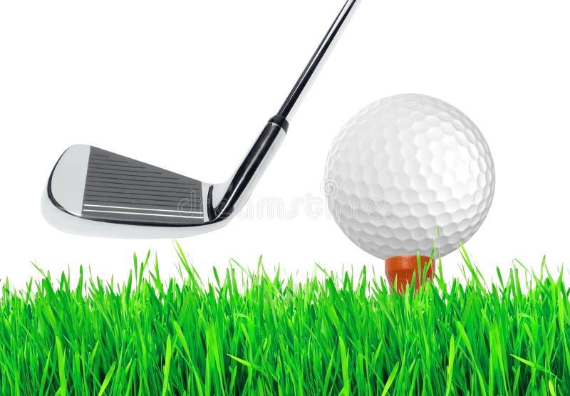 Golfboll på det gröna gräset av golfbanan royaltyfri foto