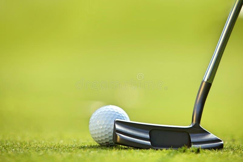 Golfboll på gräs royaltyfri bild