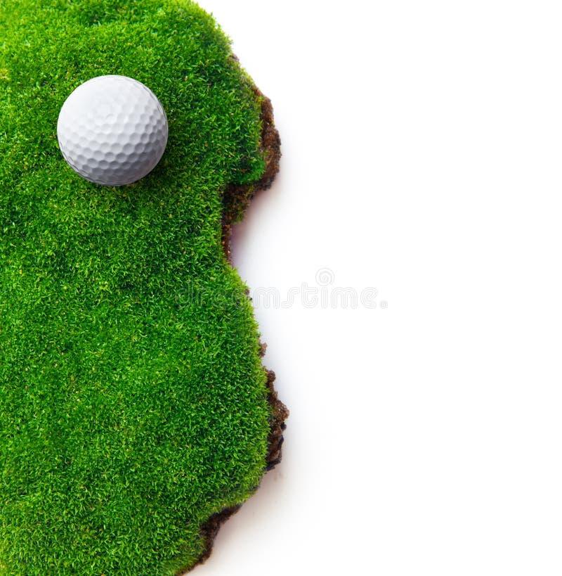 Golfboll på grönt gräs royaltyfri fotografi