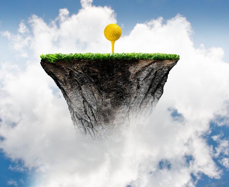 Golfboll på utslagsplats arkivbild