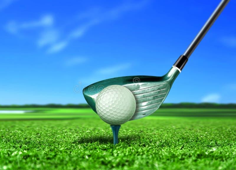 Golfboll på utslagsplats under blå himmel royaltyfria foton