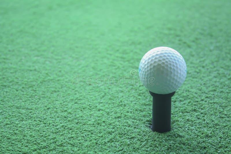 Golfboll på utslagsplatsen som är klar att skjutas på en drivingrange fotografering för bildbyråer