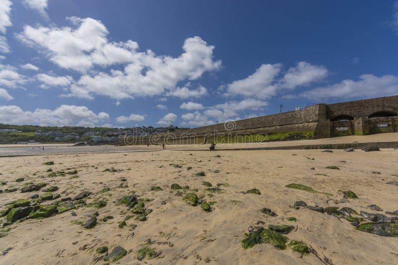 Golfbreker en vuurtoren bij historische harborat st ives Cornwall royalty-vrije stock afbeeldingen