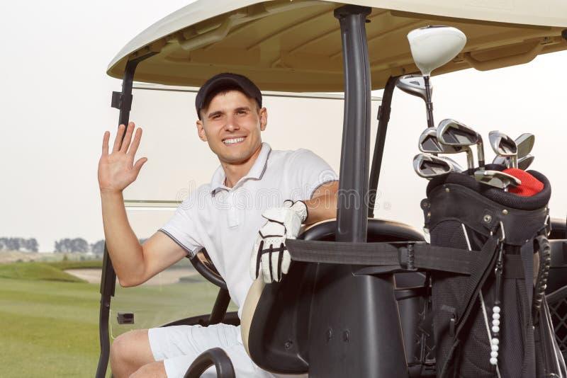 golfcart的高尔夫球运动员与他的俱乐部 库存图片