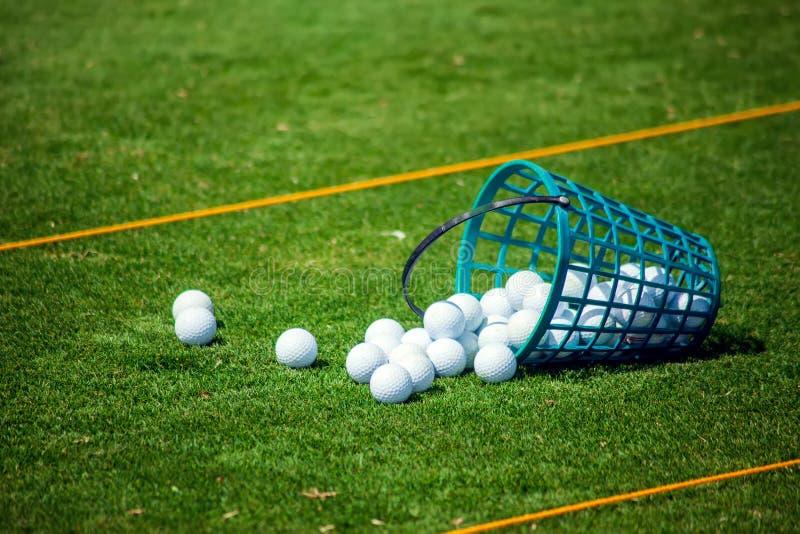 Golfclub en bal op de groene cursus Sluit omhoog De sport, ontspannen, recreatie en vrije tijds het concept stock afbeelding