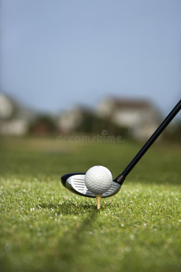 Golfclub en golfbal op T-stuk. royalty-vrije stock foto's