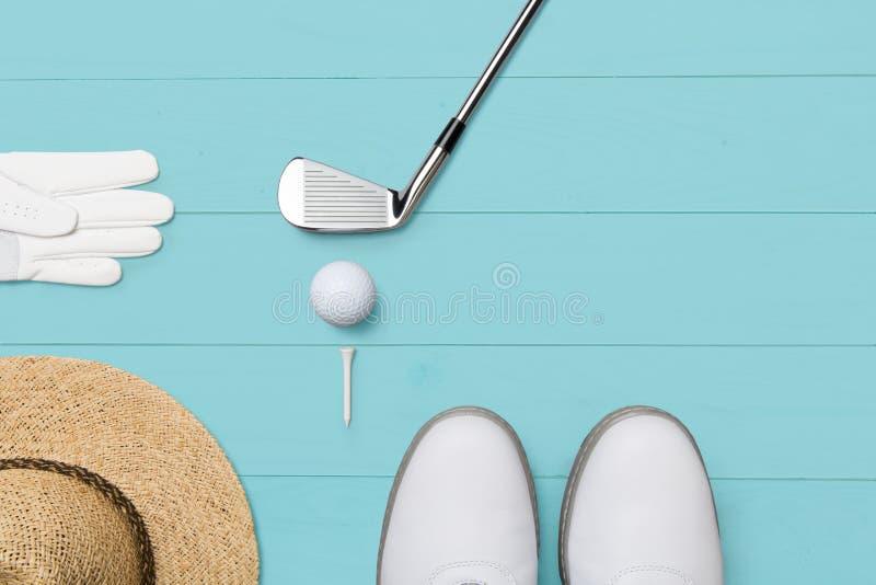 Golfclub, golfbal, golfhandschoen en T-stukken op houten basis in blauw vector illustratie