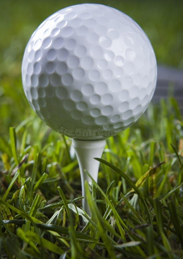 Golfclub met bal op een T-stuk stock fotografie