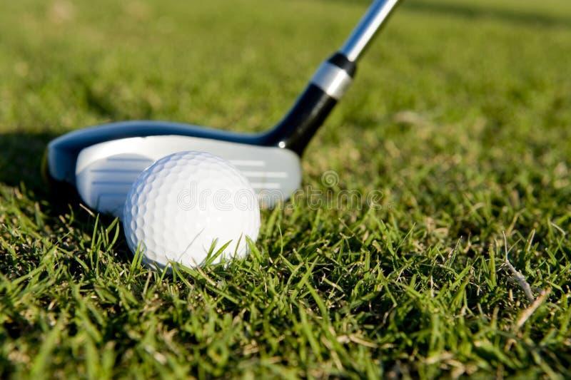 Golfclub Und Kugel Auf Fahrrinne Stockfotografie