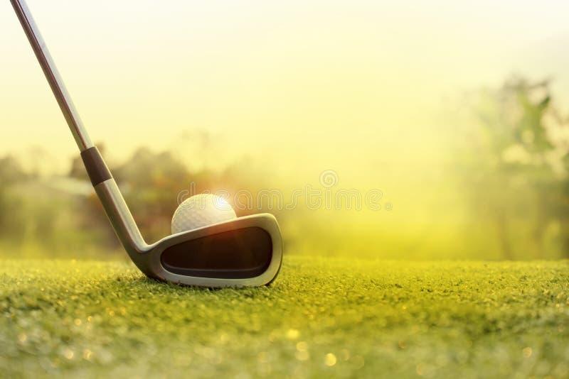 Golfclubs en golfballen op een groen gazon stock foto