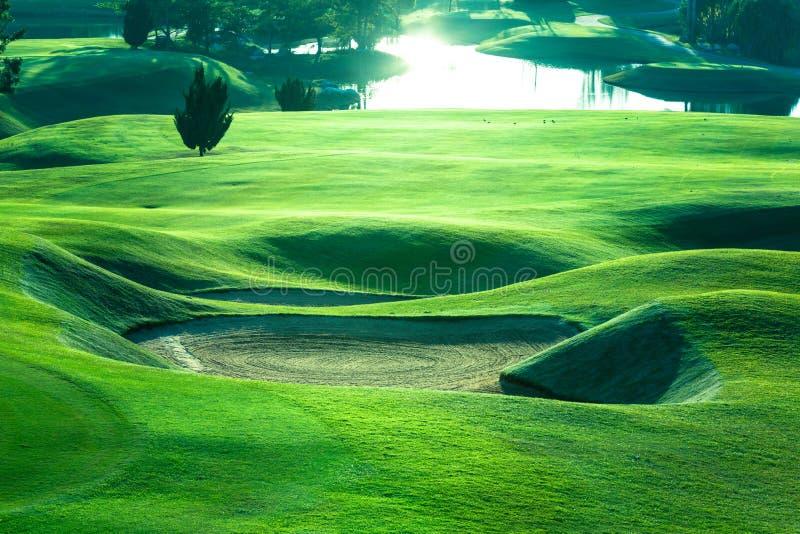 Golfcursus mooi groen gras en zetten, Golfcursus in Thailand stock foto
