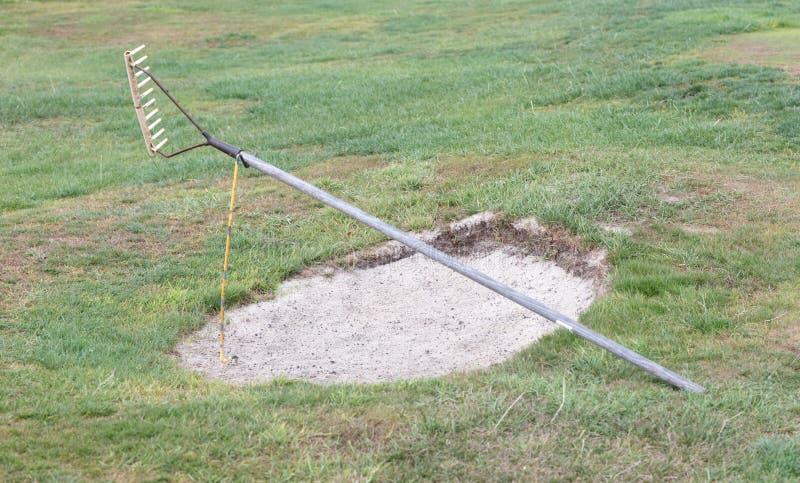 Golfe: armadilha de areia na grama verde imagens de stock