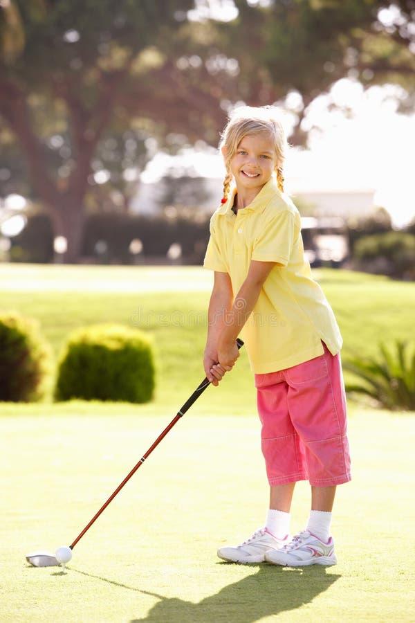 Golfe praticando da rapariga imagens de stock royalty free
