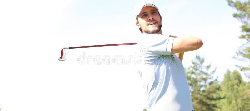 Golfer atinge uma jogada de canal na casa do clube imagem de stock royalty free