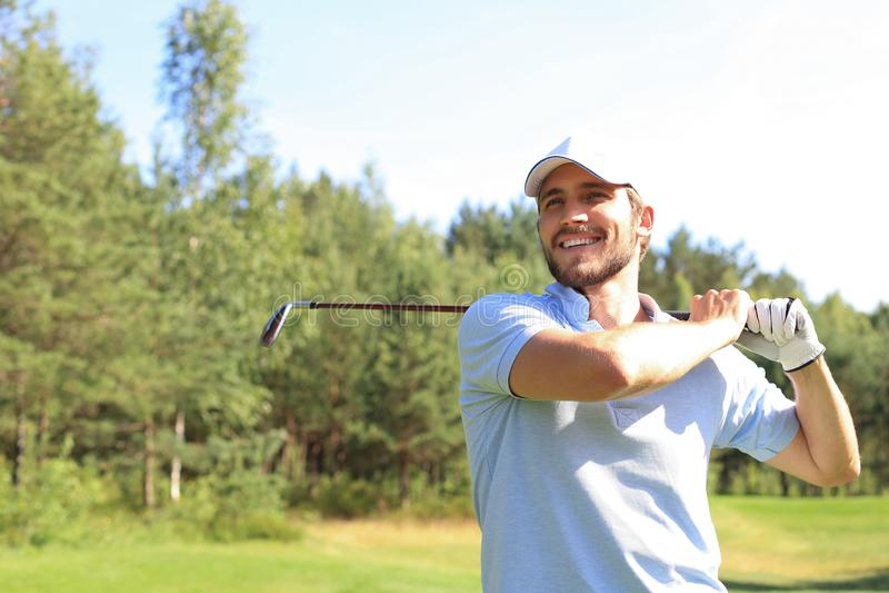 Golfer ha colpito un'altra strada nella casa del club immagini stock libere da diritti