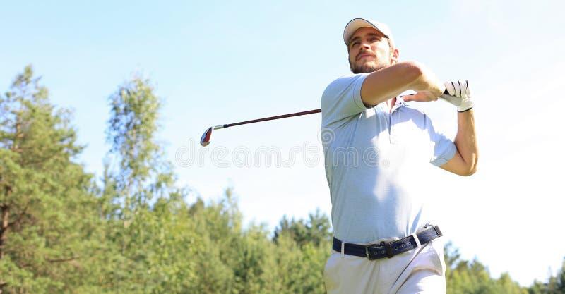 Golfer ha colpito un'altra strada nella casa del club fotografia stock libera da diritti