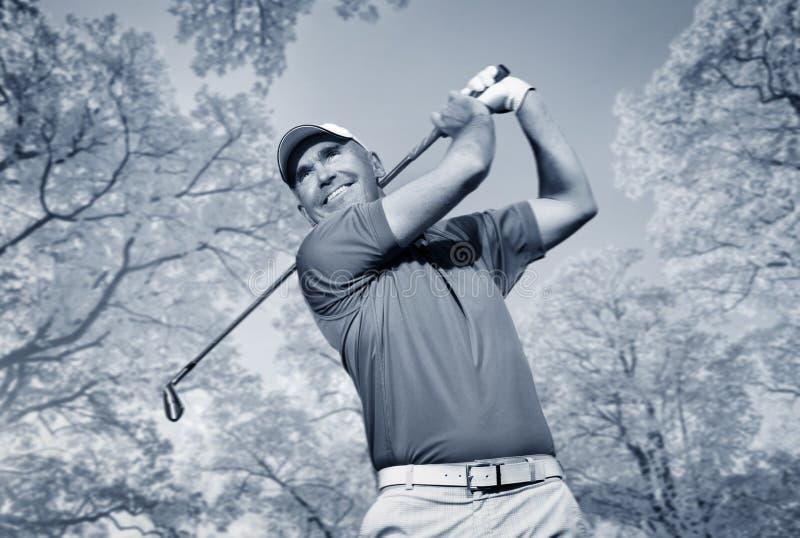 Golfer schießt einen Golfball stockbild